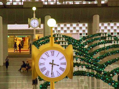 JR大阪駅・時空の広場の金銀時計。金ばっかり有名になっちゃって。