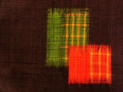 「清次紬」と銘があります。緑の格子の紬をきもので着ています。