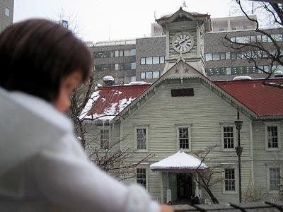 リカちゃん、時計台を見る。