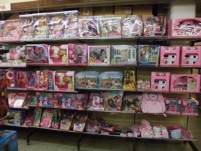 玩具売り場のドールコーナー。