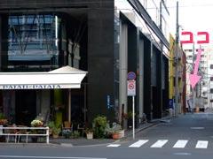 大きな通りから小道に入る角。