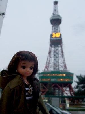 テレビ塔を背後に。