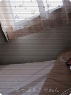 窓とベッド