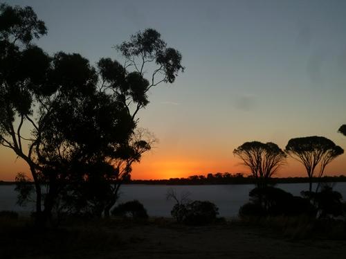 塩湖に沈む夕陽