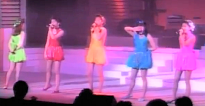 イメージカラーどおりの衣装を着た5人
