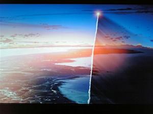 上昇していくロケット。噴煙が隔てる光と影に注目