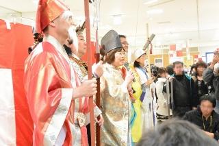 オカザえもんと社員の扮する「七福神」が新年のごあいさつ