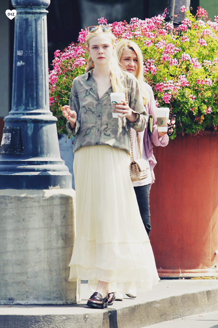 06103_Tikipeter_Elle_Fanning_out_with_her_mother_in_LA_013_123_586lo.jpg