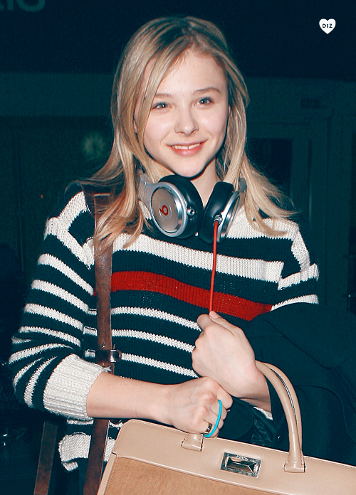 12741_Preppie_Chloe_Moretz_at_LAX_Airport_4_122_343lo.jpg