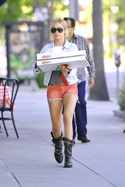 17783_Preppie_Ashley_Tisdale_picking_up_pizza_in_Toluca_Lake_8_122_357lo.jpg