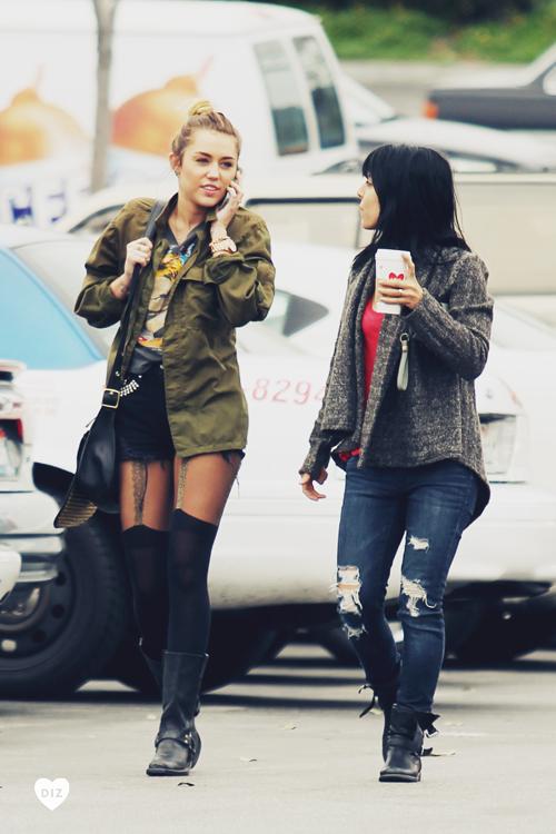 21886_Miley_Cyrus_LosAngelesFeb072012_J0001_005_122_240lo.jpg