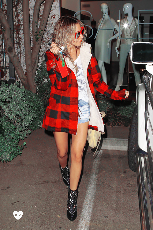 25844_Ashley_Tisdale_BeverlyHillsJan132012_J0001_006_122_1106lo.jpg