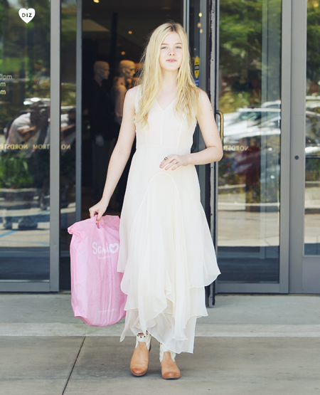 60804_Preppie_Elle_Fanning_shopping_in_LA_13_122_118lo.jpg