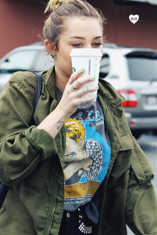 85462_Preppie_Miley_Cyrus_out_in_Studio_City_14_122_120lo.jpg