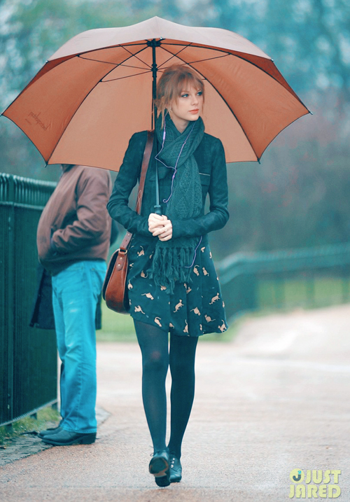 taylor-swift-umbrella-london-01.jpg