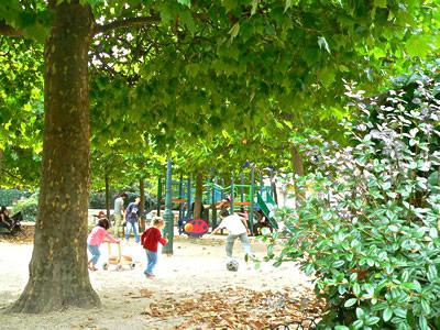 モンマルトルの丘の公園(Montmartre)fromパリ