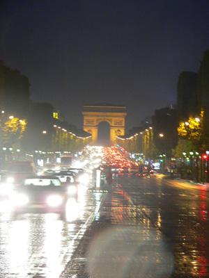 雨のシャンゼリゼと凱旋門(Arc de Triomphe)fromパリ