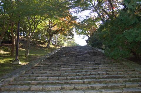 東大寺大仏殿より鐘楼へ向う階段