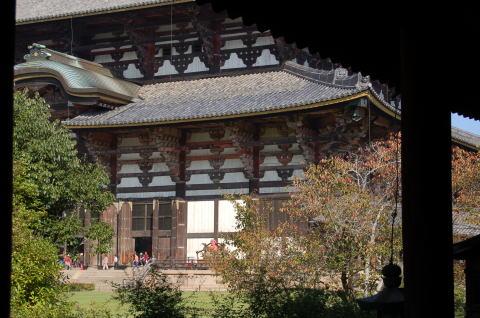 回廊より大仏殿を眺める
