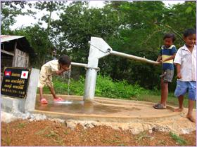 子供が井戸水を飲んでいる