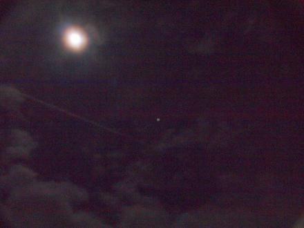 PB117895満月と木星、飛行機雲.aJPG