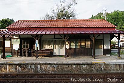 出雲八代駅の木造駅舎ホーム側