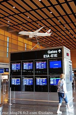 ボストン空港ターミナルEに飾られた、JAL・B787の模型