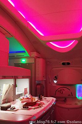 JALビジネスクラス、セルフサービスコーナー。JALカラーの照明