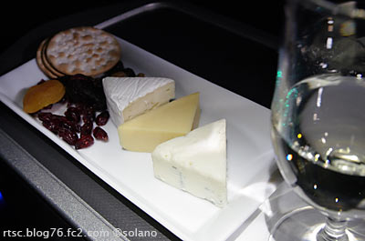 JALビジネスクラス、ワインとチーズ盛り合わせ