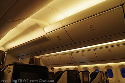 JAL・B787、朝日色?のキャビン
