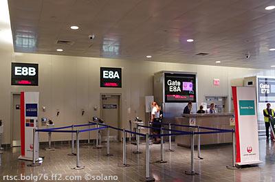 ボストン空港、その日のJAL007便搭乗口