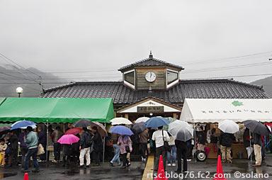 賑わう美作加茂駅。