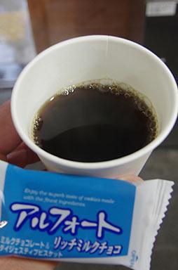 駅舎内で売られていたコーヒーとお菓子。