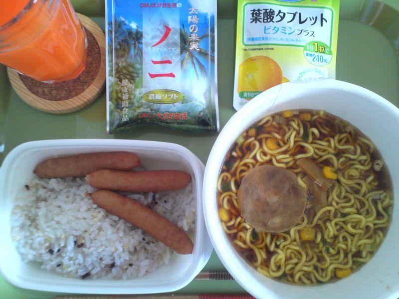 カップ麺とウインナーご飯