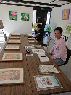 中央のテーブルには肖像画を並べました