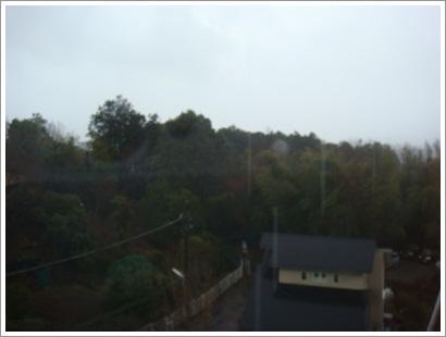 朝も雨あがらず
