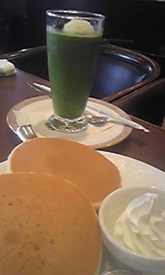 抹茶フロスティとホットケーキ