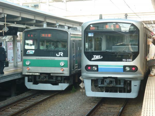 2013-11-24 埼京線205系ハエ22編成 快速川越行き りんかい線70-000形Z3編成 新木場行き1