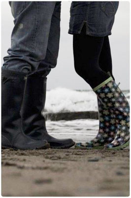 boots,love,couple,grey,kiss