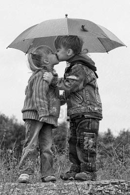 5725098-little-boy-kiss-gir.jpg