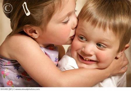 little_girl_kisses_boys_che.jpg