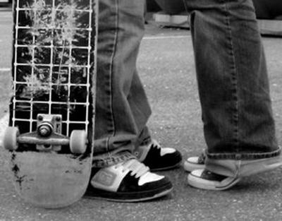 skater-kiss-romance-legs.jpg