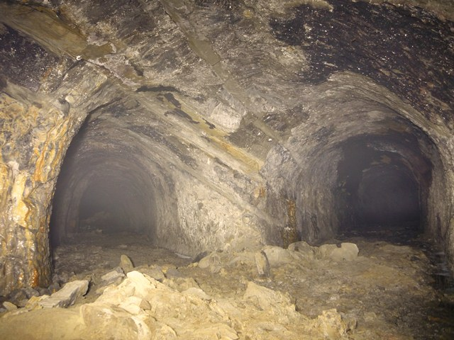 比与宇地下壕