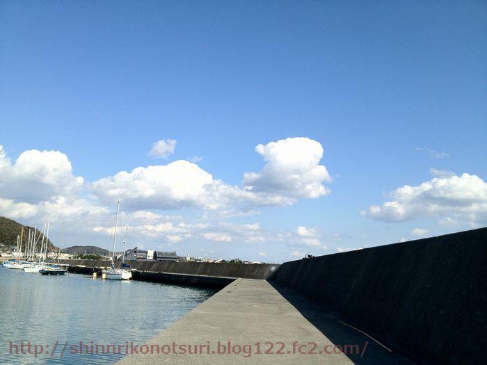 青空に綺麗な漁港