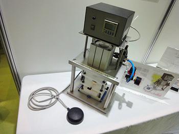 オーシスから出展した湿式プレス試験機です