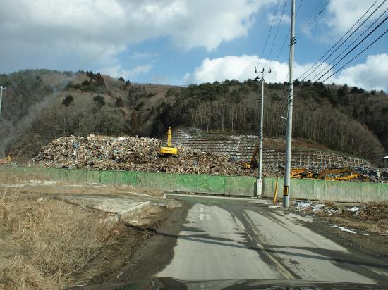 瓦礫の山が現れる・・。