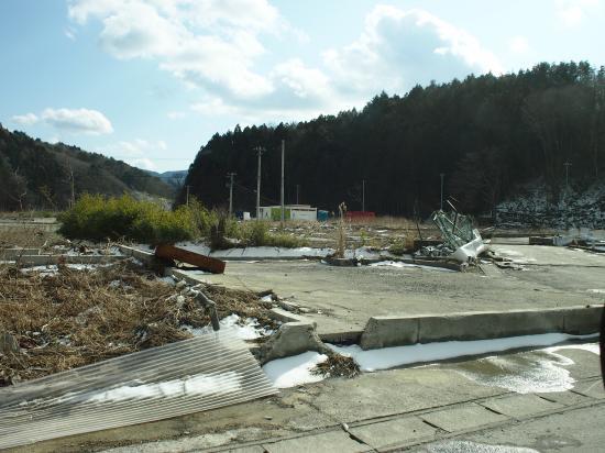 その脇に広がる倒壊した家屋。