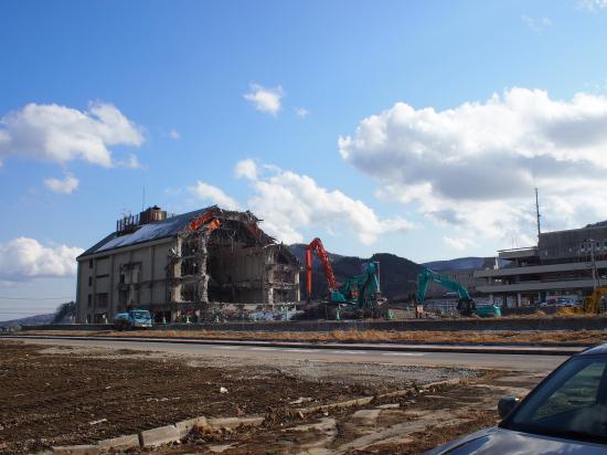 空の青と対照的な倒壊した建物。