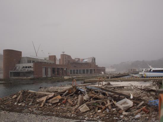 瓦礫と建物。