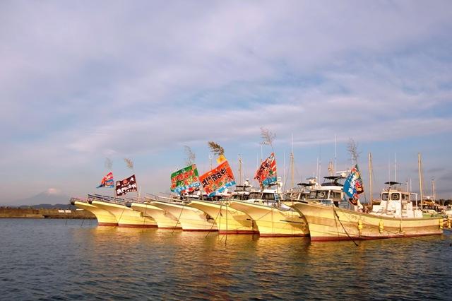富士山と釣り船